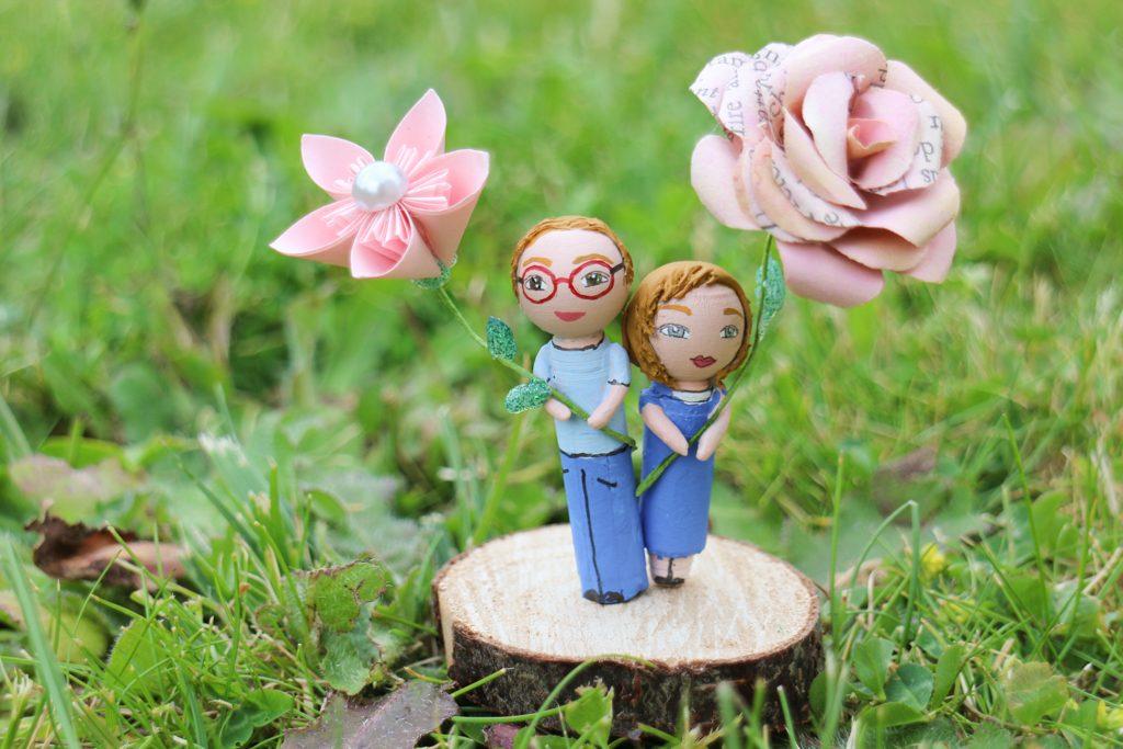 Portrait frère et soeur socle bois fleurs papier
