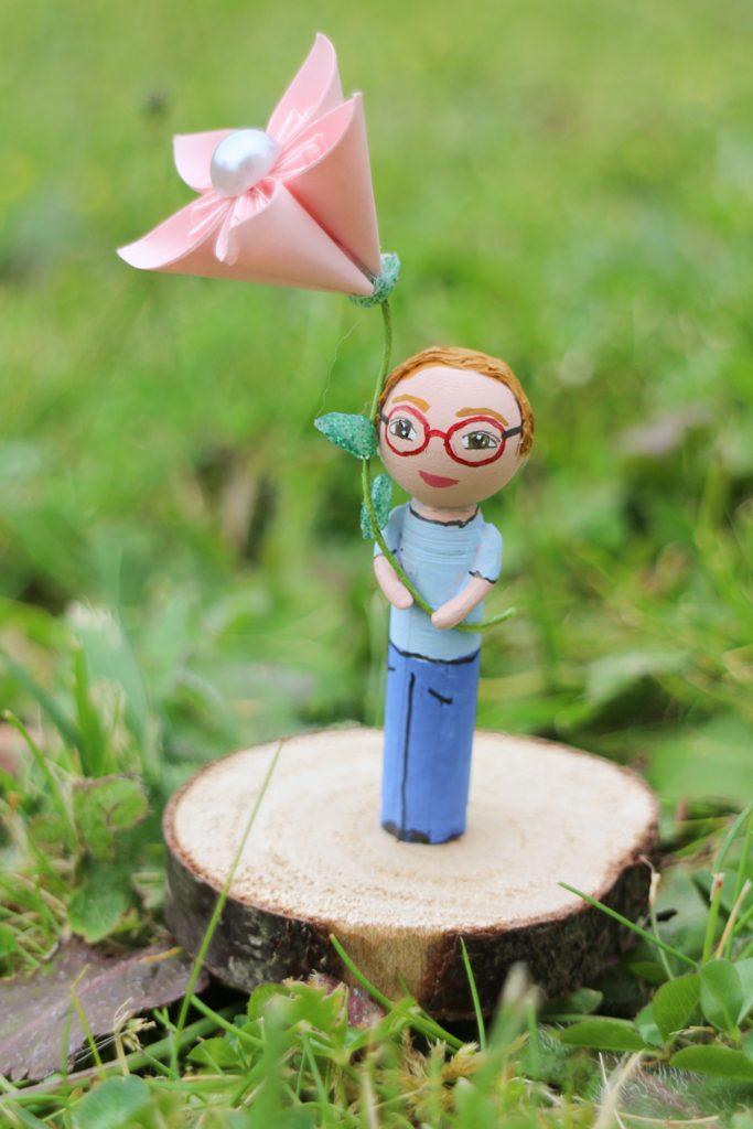 Portrait frère figurine sur socle bois fleur papier