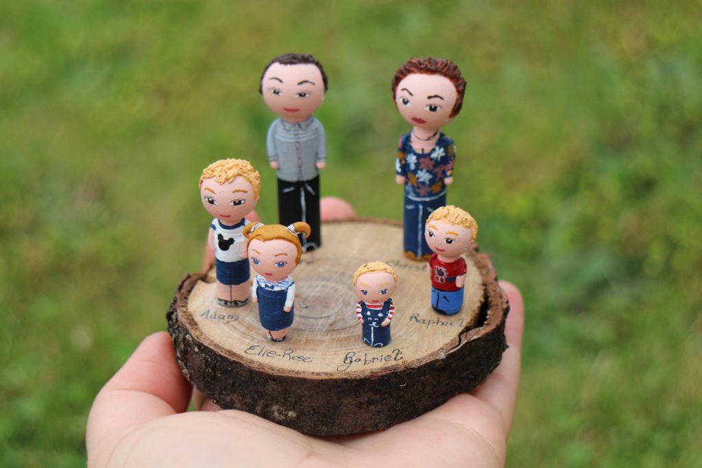 Famille grands parents et petits enfants sur socle
