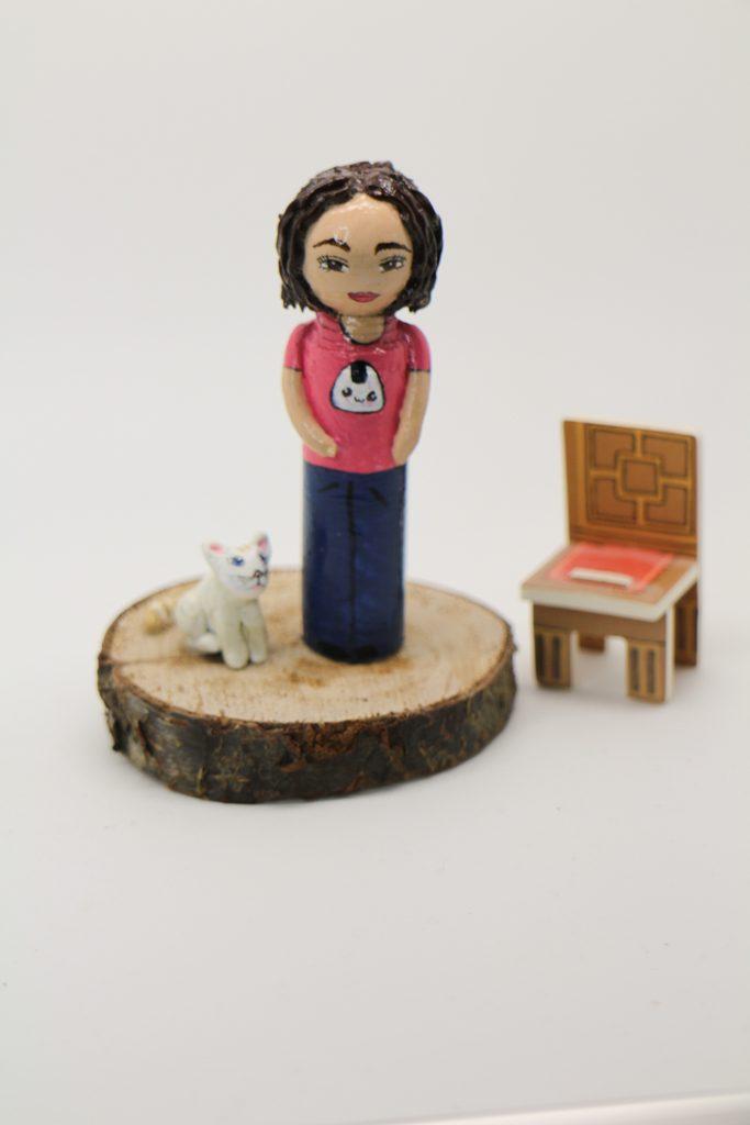 Portrait jeune fille tee shirt rose au chat blanc
