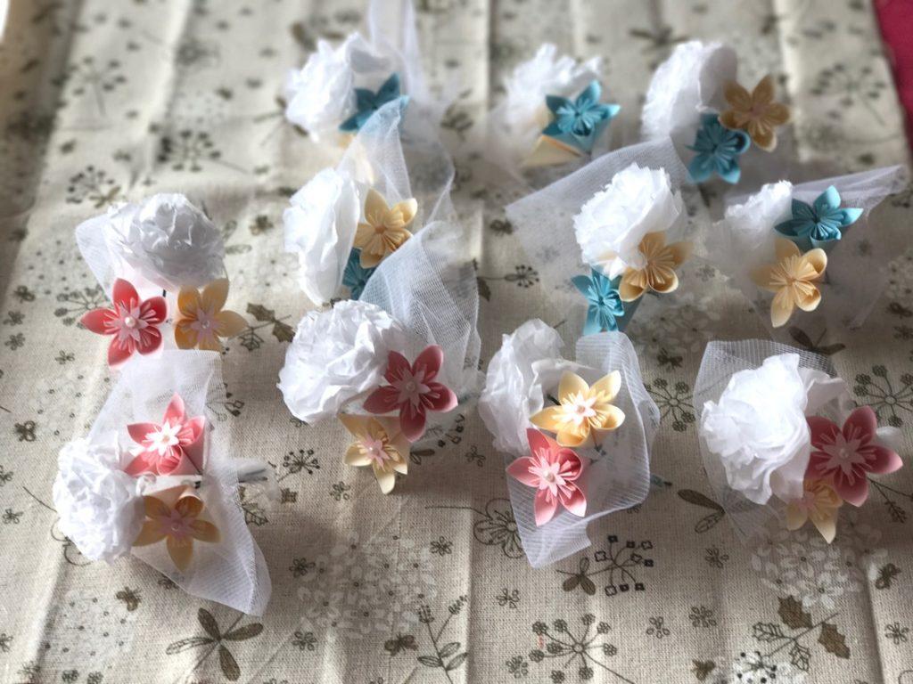 Boutonnières fleurs roses et bleues
