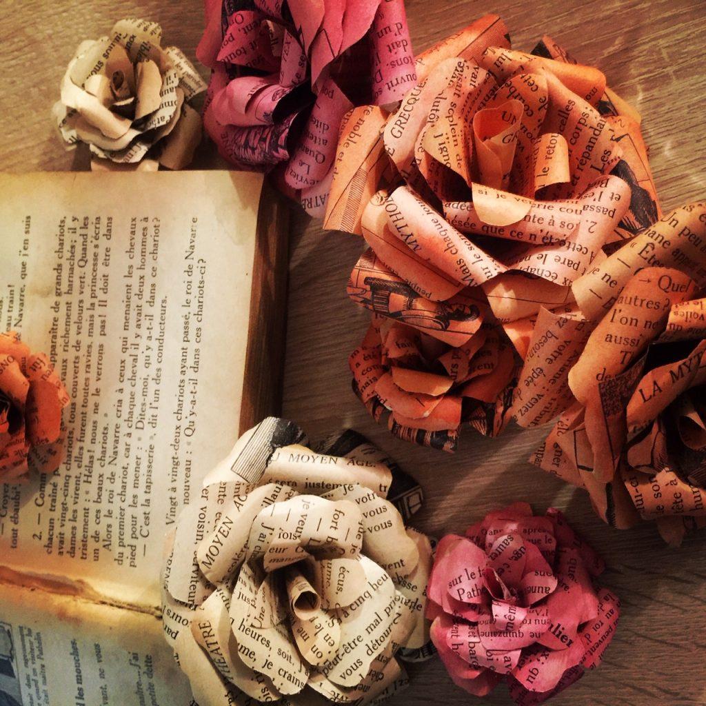 Roses en papier teintes à la main