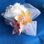 Boutonnière fleurs en papier sur tulle blanc